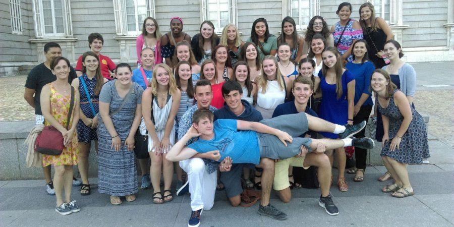The group of students that traveled to Spain with their teachers