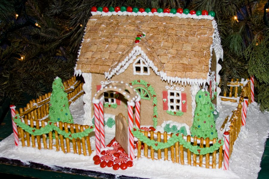 Decorating+gingerbread+houses+is+a+fun+tradition+to+help+get+you+in+the+holiday+spirit.